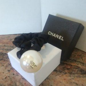 New with Box!  Chanel Pearl Hair Tie Scrunchie